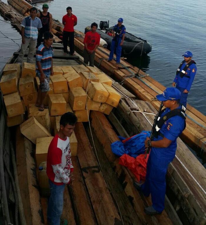 Petugas mengamankan kapal bermuatan kayu ilegal
