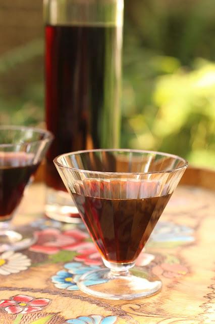 noix vertes macerees dans l'alcool