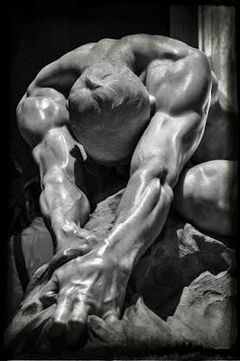 Homem de mármore puxando pano