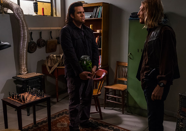 Eugene Porter (Josh McDermitt) e Dwight (Austin Amelio) nell'episodio 5