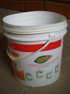 balde de plástico grande, branco com letras vermelhas e vazio