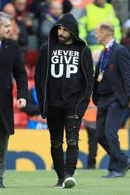 "محمد صلاح يدعم فريقه بقميص ""Never Give Up"" و يثير ردود فعل ."