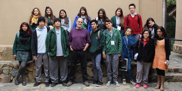 Grupo de jóvenes y pintor en patio de Bodegón Cultural de Los Vilos