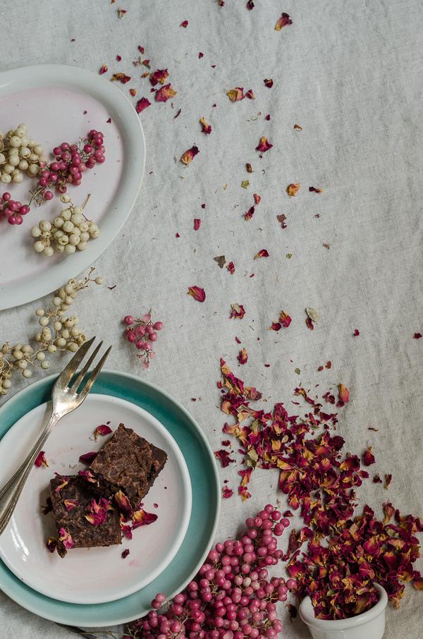 Brownies mit Blüten und Pfefferbeeren