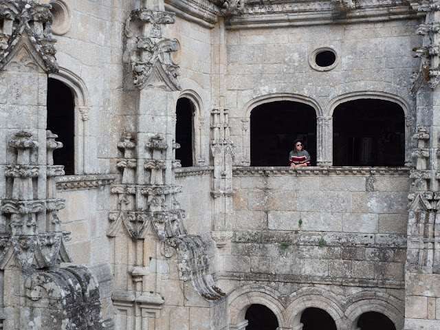 Mujer asomada a la ventana de un claustro medieval