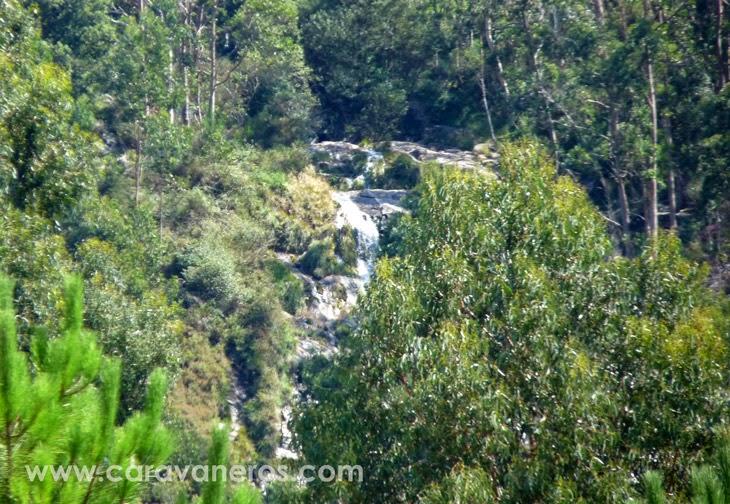 Foto de la Cascada que se ve desde el Camping Rural Ría de Arosa | caravaneros.com