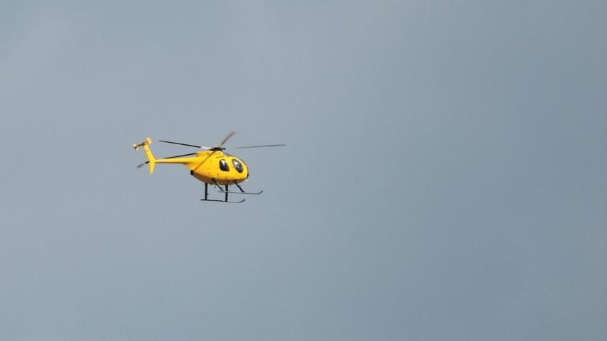 helicóptero amarillo volando