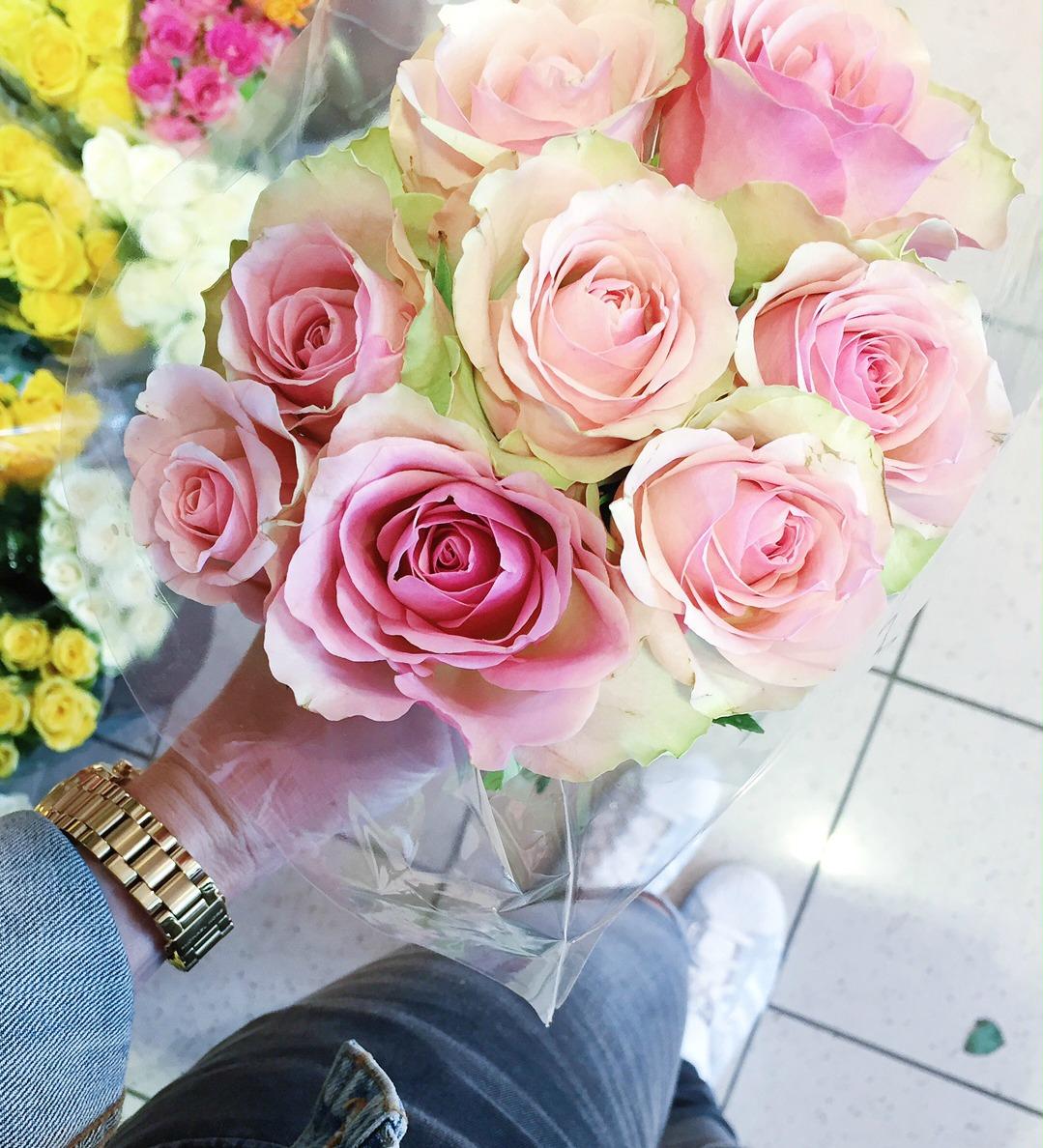 Fluffiger Zitronenkuchen - Blumenstrauß Rosen.