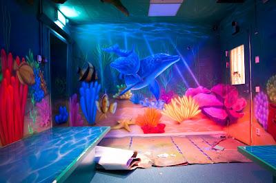 malowanie bajek na ścianie w pokoju dziecięcym, malowanie rybek na scianie