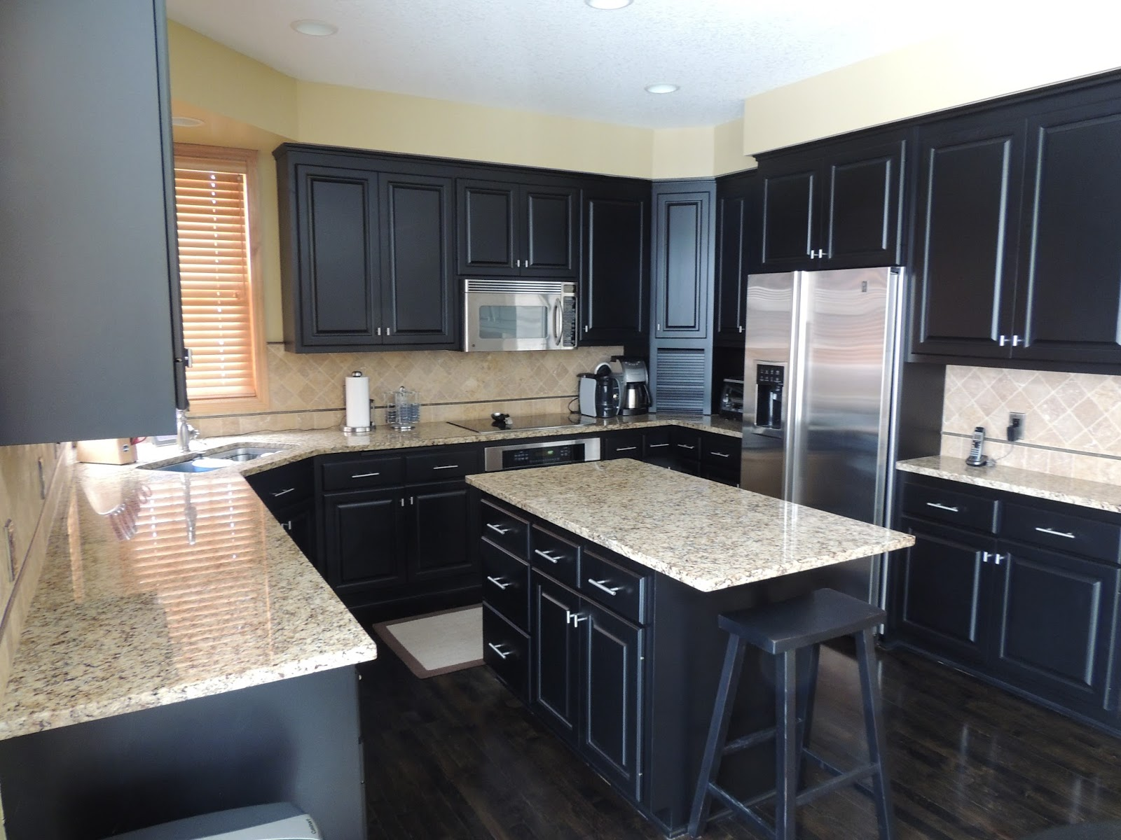 55 gambar meja dapur minimalis keramik granit kayu dll for Black and white painted kitchen cabinets