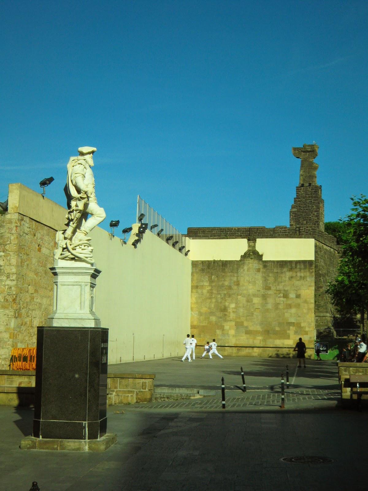 Escultura de Elcano y juego de pelota vasca en Getaria
