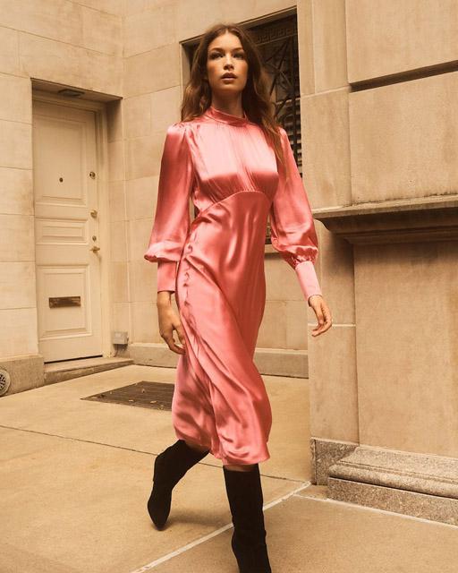 Розовое атласное платье с кокеткой с завышенной линией талии для фигуры яблоко