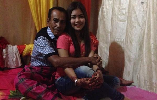 Wow! Kakek 63 Tahun Ini Nikahi Gadis Cantik, Lihat Tuh Pelukannya