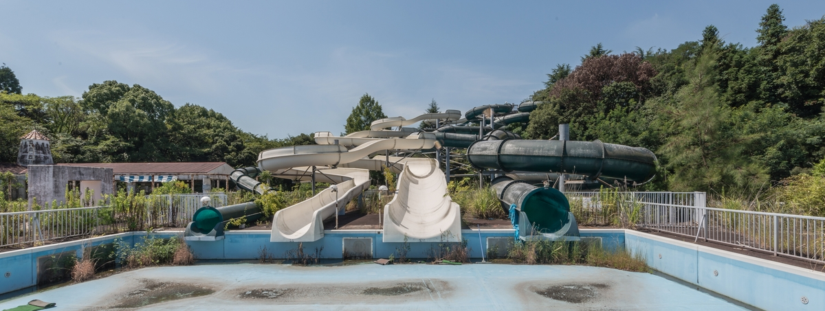 12-Water-Slides-Photographs-of-Abandoned-Amusement-Park-Nara-Dreamland-in-Japan-www-designstack-co