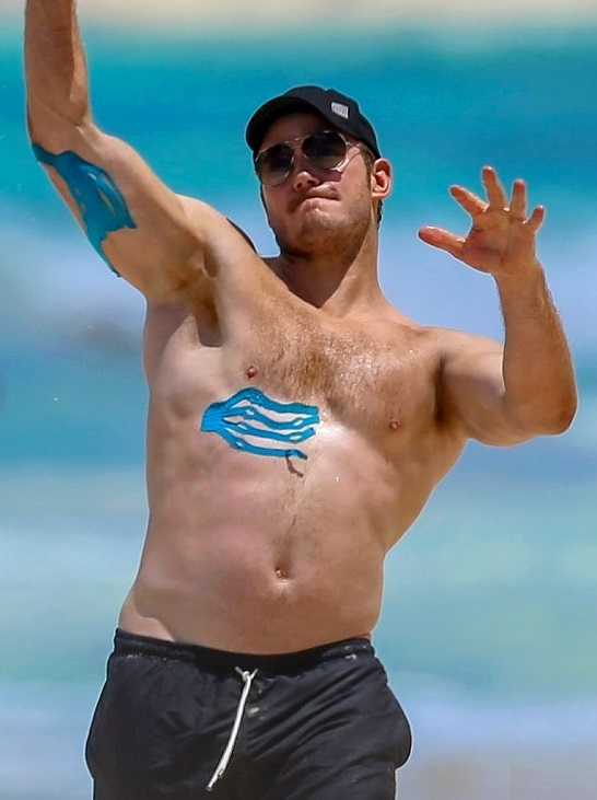 Chris Pratt Displays Sexy Shirtless Body in Hawaii
