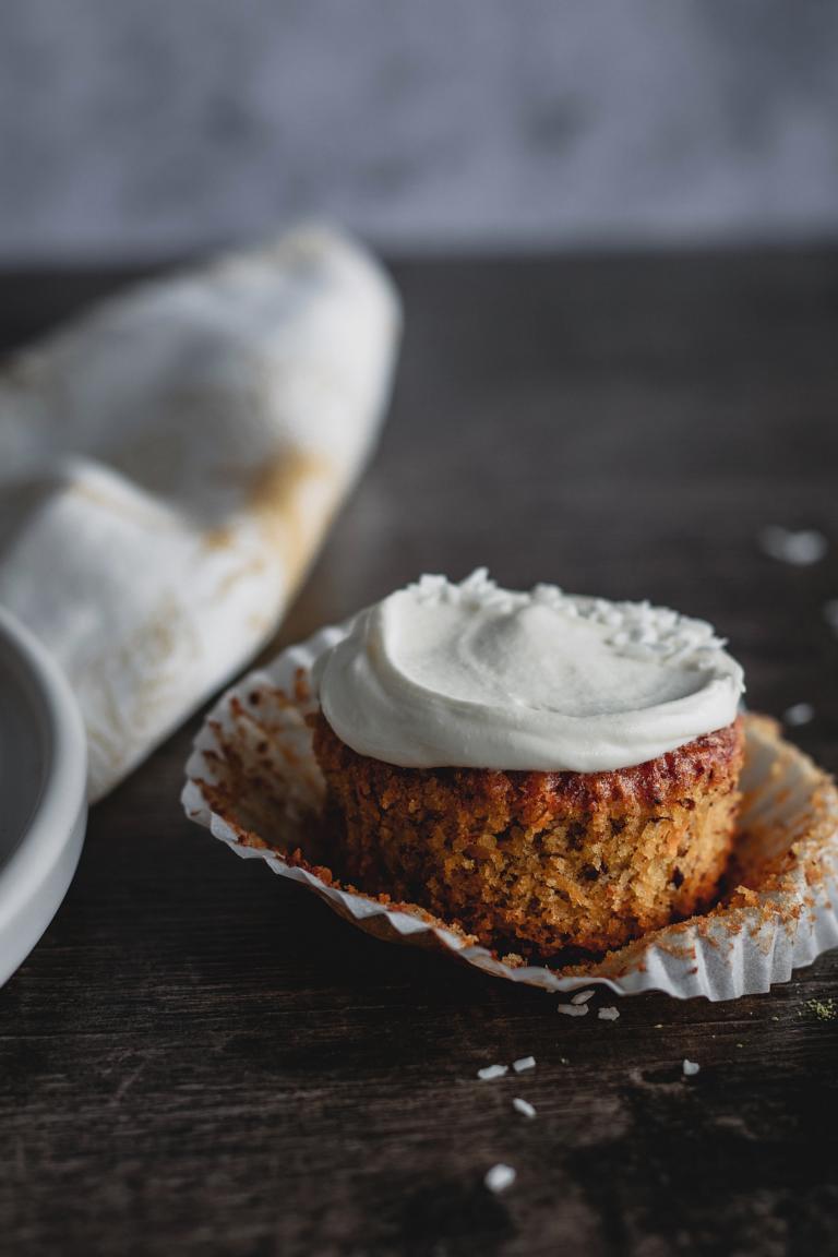 ein ausgewickelter Cupcake mit Topping