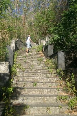 Pantai Pondok Pemuda Jimbaran cewek cantik naik tangga