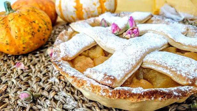 Cinnamon Apple Pie close up with crispy edge