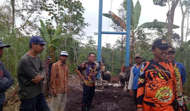Bupati membantu pembangunan jembatan gantung
