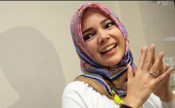 Menentang Poligami Berarti Menentang Ketentuan Allah Swt, Ucap Dewi Sandra