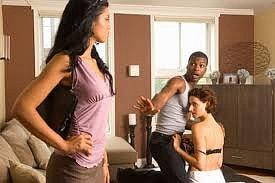 Vợ bắt gặp chồng dẫn bồ vào quán karaoke và chứng kiến chuyện bất ngờ