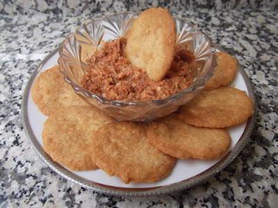 Galletas de queso parmesano con dip de tomate y almendras