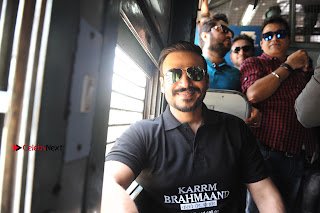 Bollywood Actor Vivek Oberoi Snapped Travelling by Local Train to Kelve  0012.JPG