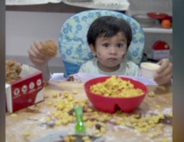 (Video) Abang Yang Nakal Adik Yang Kena : Video Comel Dua Beradik Ini Jadi Viral