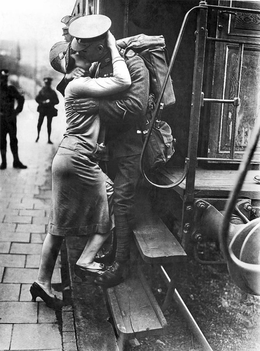 60 + 1 Heart-Warming Historical Pictures That Illustrate Love During War - A British Tommie Bestows A Last Kiss Upon His Rhineland Sweetheart As His Detachment Leaves For England As They Evacuate Germany. Konigstein, Germany, September 1929