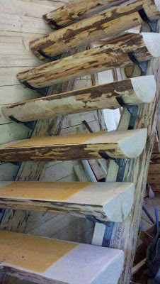 Escalera con troncos partidos a la mitad