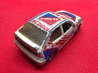 ボクスホール アストラGTE のおんぼろミニカーを斜め後ろから撮影