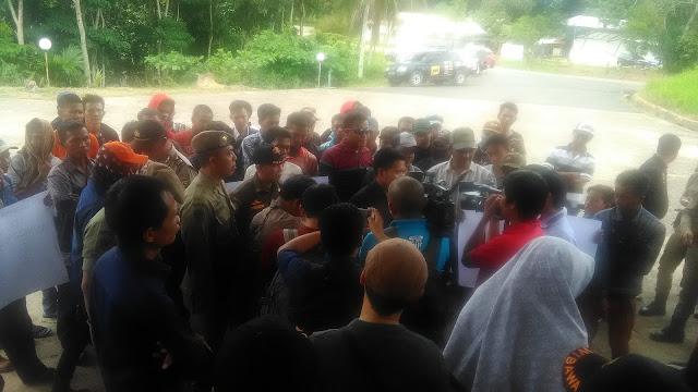 Puluhan Warga Prambatan Gugat SK Bupati