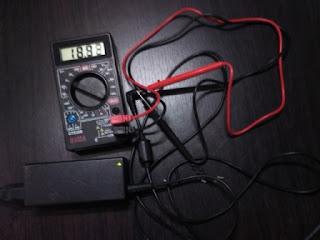 pengukuran charger laptop dengan dengan multimeter