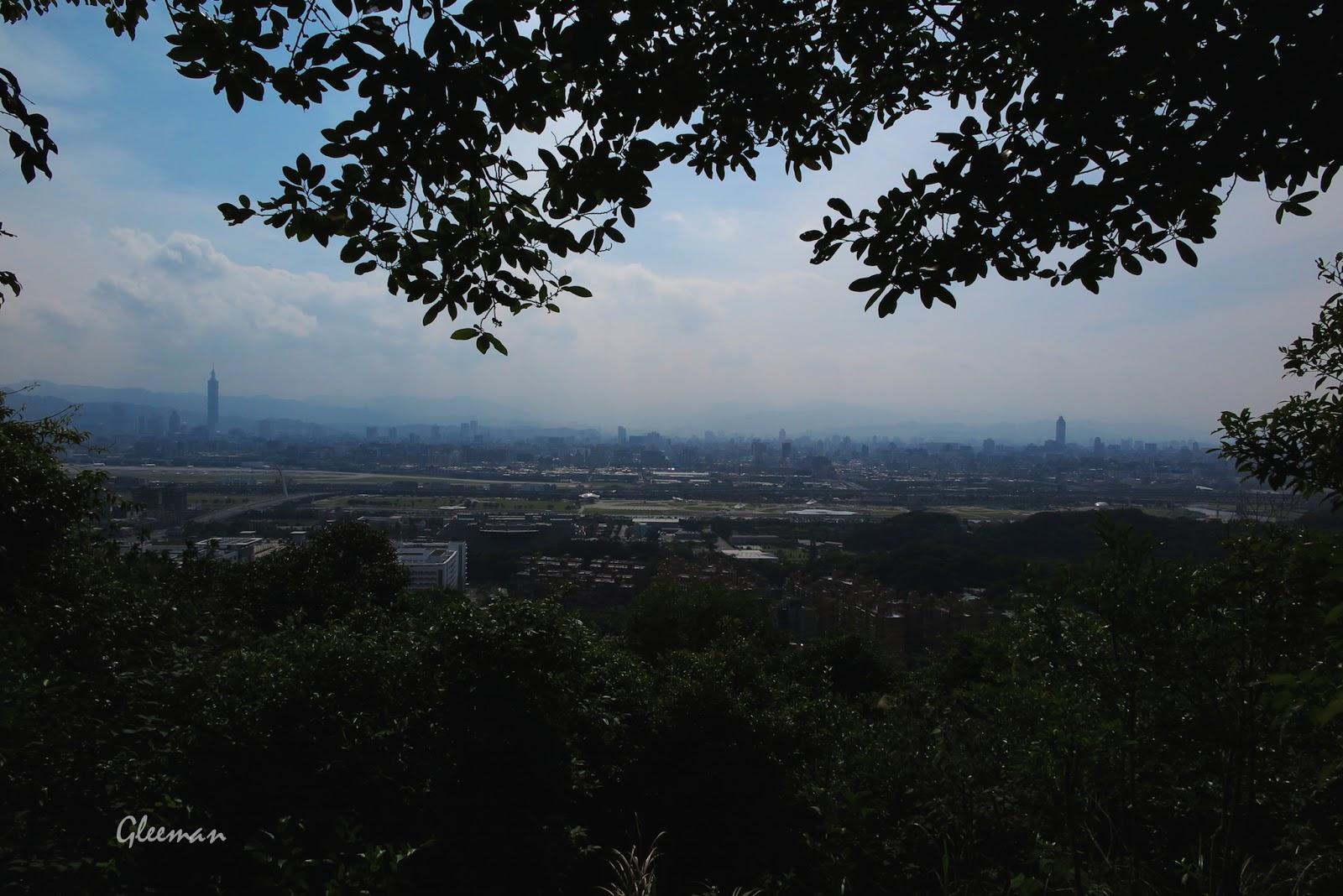眺望通北街一帶國宅及更遠處的臺北市區。