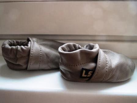 graue Lederpuschen von Lederscheuen für Babys