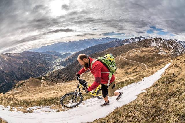 Bikebergsteigen die letzten Meter vor dem Gipfel
