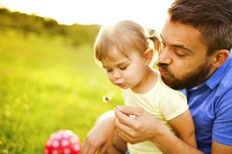 Baba ve kizi beraber vakit geçirdikçe daha çok birbirlerine bağlanacaktır.