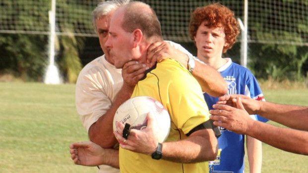 arbitro picchiato