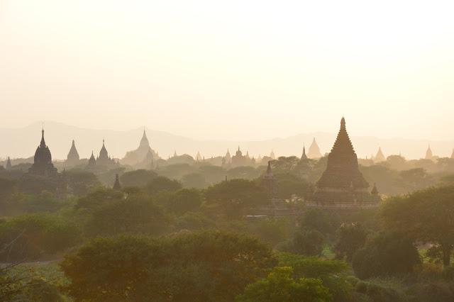 Coucher de soleil en haut d'un temple