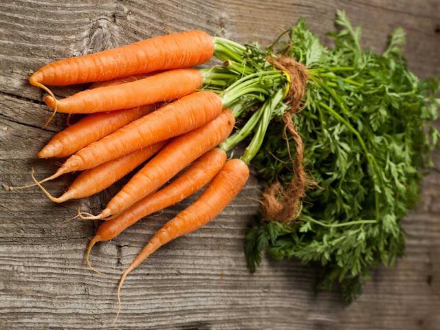 морковь - 6-8 шт.; манная крупа - 1/2 стакана; молоко - 3.5 стакана; творог - 1 стакан; яйцо - 3 шт.;