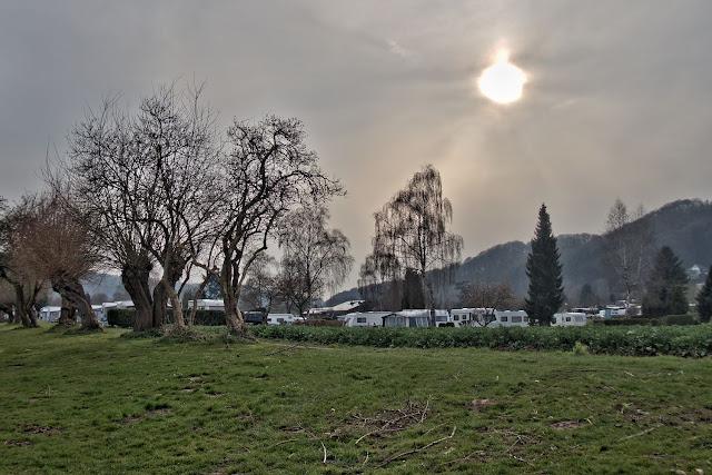 Blick auf einen Campingplatz an der Weser