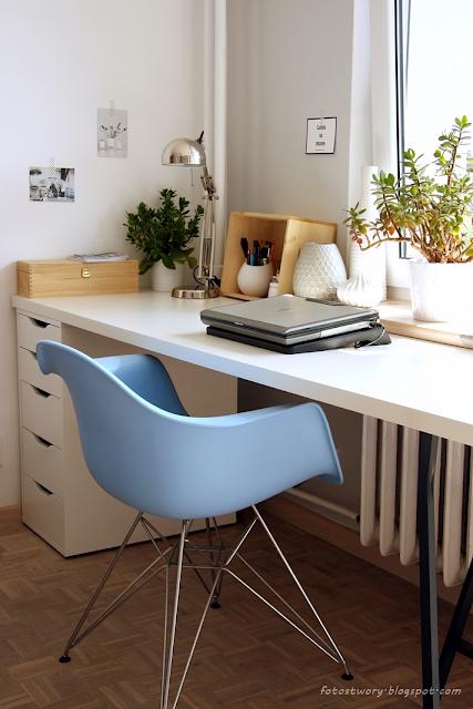 białe biurko, krzesło eames, niebieskie krzesło, workspace