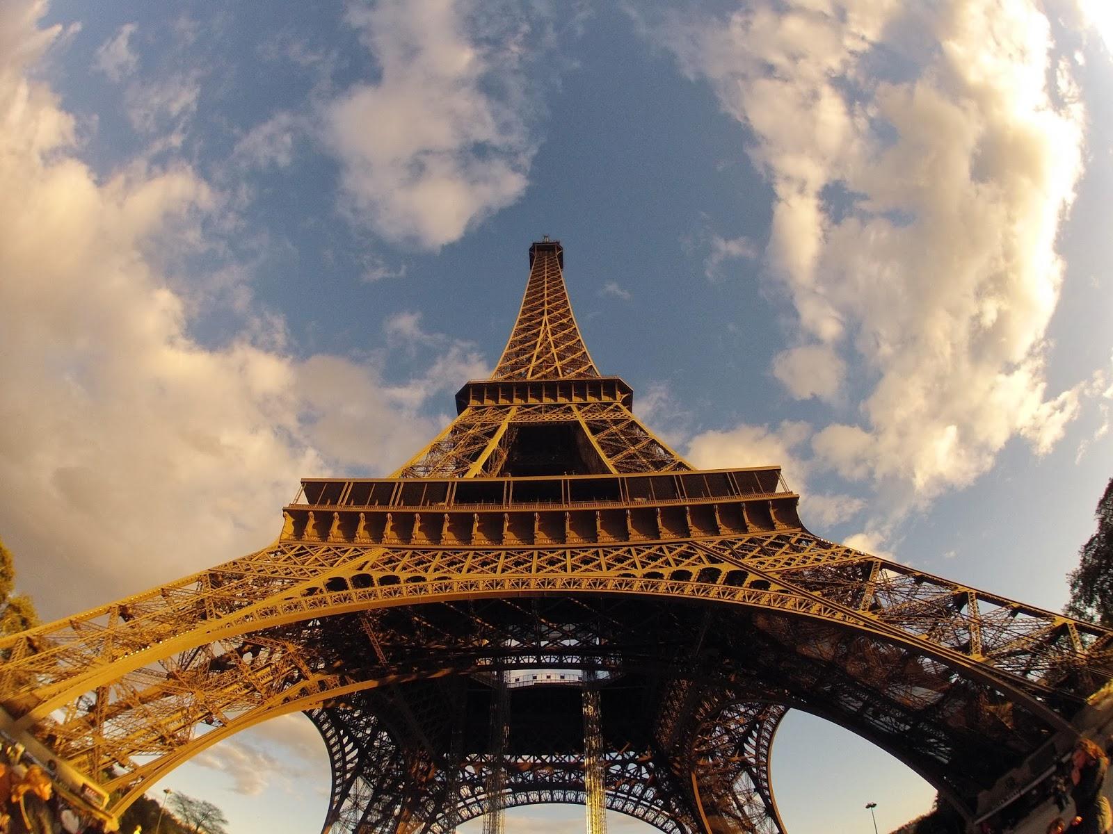 Vista de la Torre Eiffel desde abajo