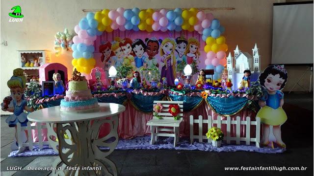 Decoração Princesas Baby Disney em mesa temática tradicional forrada com toalhas de tecido (pano)