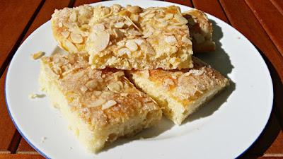 Hefekuchen mit Mandeln und Zucker