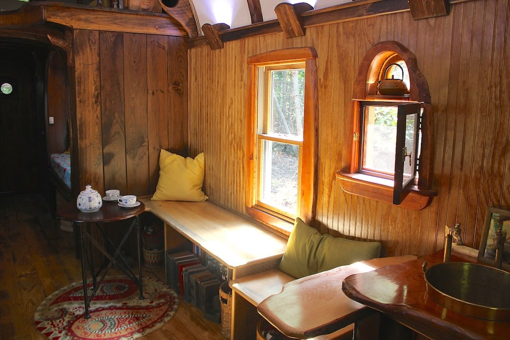 03-The-Unknown-Craftsmen-Architecture-with-the-Vintage-looking-Tiny-House-on-Wheels-www-designstack-co