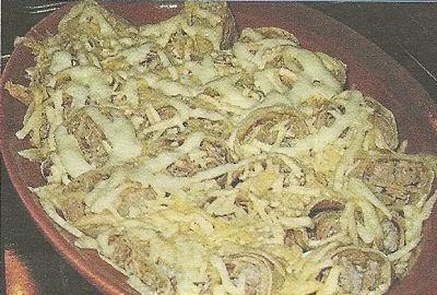 Состав продуктов и способ приготовления блинов с мясом под хрустящей сырной корочкой