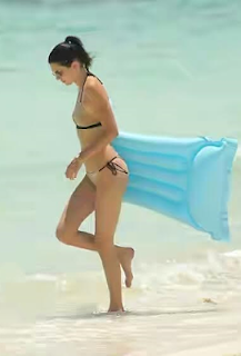 Kendall Jenner flashes her body on the beach