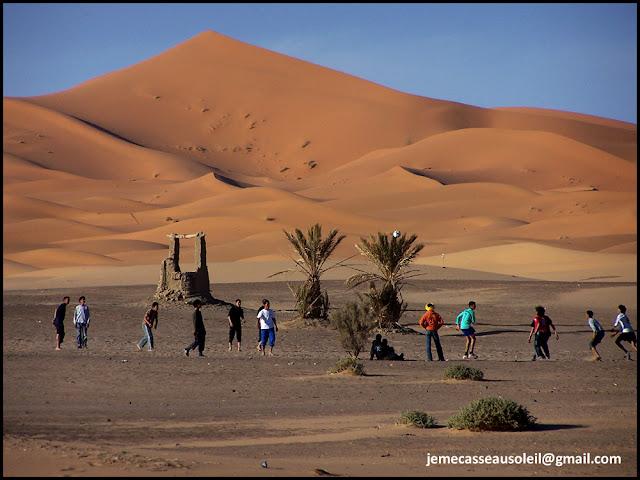 Enfants à Hassi Labied qui jouent au foot