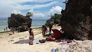 Berjemur di sisi tebing Pantai Pandawa Bali
